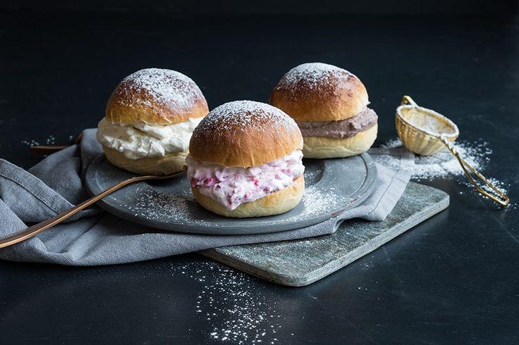 Oppskrift på fastelavnsboller med krem av sjokolade, jordbær og vanilje.
