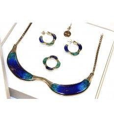 @ipstyle_it    Cofanetto Shadow #ITALIANPROJECT STYLE italian brand #fluo #neon #fluorescent on night #neckalce #cuffs #earrings #bracelets #rings #jewels #bijoux #butterfly