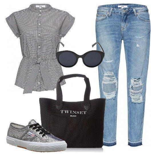 Jeans alla caviglia con strappi, camicetta a quadretti con elastico in vita, a maniche corte, borsa a mano Twin set, Superga argento e occhiali da sole. Look perfetto per il lavoro o per un giro in centro con le amiche.