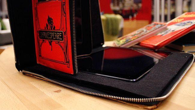 Gamla böcker kan få nytt liv som fodral till mobilen eller surfplattan. Nils Pejryd/SVT http://www.svt.se/gokvall/sa-blir-den-gamla-boken-ett-mobil-eller-surfplattefodral