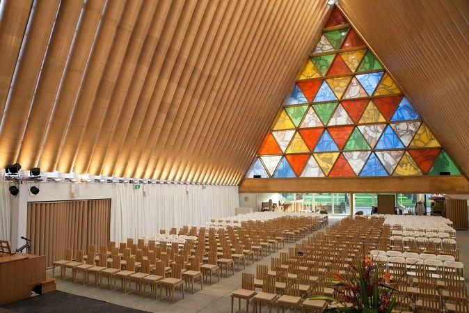 Interno della Cardboard Cathedral a Christchurch in Nuova Zelanda - #Shigeru #Ban