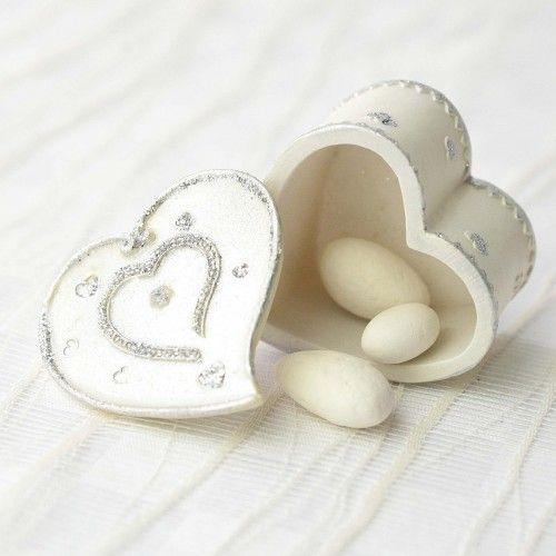 Cutiuta in forma de inima cu design argintiu
