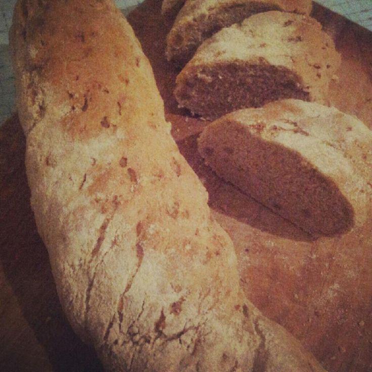 A kenyérsütést sokan legalább olyan ördöngösségnek képzelik el, mint mondjuk patrónus bűbájt alkalmazni, magas sarkúban megmászni a Csomolungmát, vagy meghagyni holnapra a kedvenc tortánk felét. De Steiner Kristóf tud egy szuperegyszerű receptet!  Amikor ínycsiklandozó…