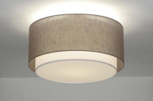 Mooie plafondlamp bestaat uit twee kappen die in elkaar vallen. Deze lampenkappen worden in een Nederlands atelier vervaardigd. Een computergestuurde snijmachine zorgt voor het strakke maatwerk. Verder is het echt Hollands handwerk. Voor woonkamer , keuken , slaapkamer , kantoor . Leverbaar In wit taupe grijs zwart en zilver kleur kap . Home interior lights / ONLINE SHOP : click on this LINK ( www.rietveldlicht.nl ) Verzendkosten gratis .