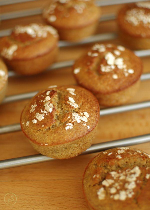 Muffiny bananowe bez dodatku mąki z płatkami owsianymi i migdałami. Idealna na szybkie śniadanie, przekąskę albo tak po prostu. Bezglutenowe