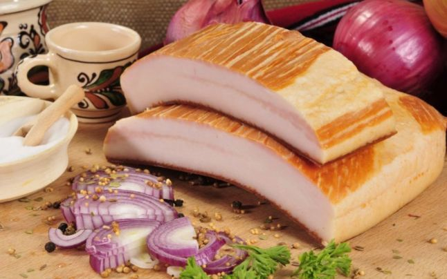 """Slănina cu ceapă şi palincă – mitul alimentaţiei de la ţară, spulberat de un nutriţionist: """"Este extrem de nocivă pentru organism"""""""