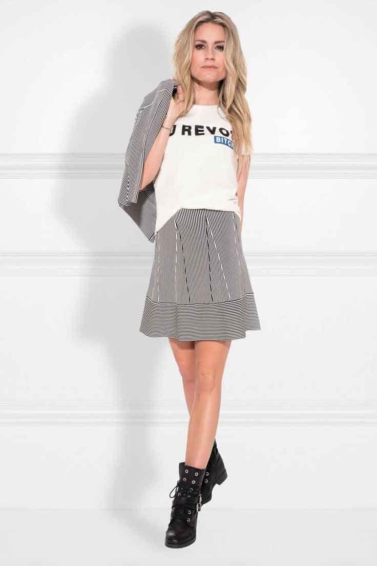 Nikkie Janilla Skirt. Deze gestreepte rok mag niet ontbreken in je garderobe dit seizoen. Deze klokkende rok in de kleuren off white en zwart is gemaakt van een hoogwaardige kwaliteit én elastisch. Regular fit.