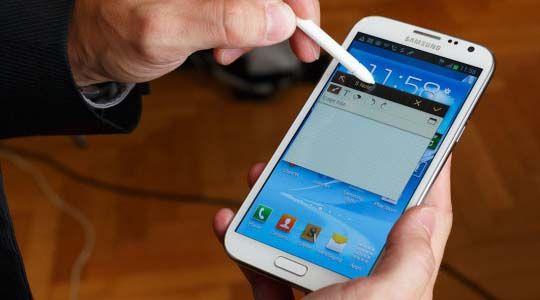 Çok büyük düzgün kullanılamıyor, tek elle bile kullanılamıyor denilen Samsung Galaxy Note N7000'in tüm dünyada başarılı satışlar çıkarmasının ardından Samsung yeni Galaxy Note 2 (N7100) için kolları sıvamıştı. Özellikle son aylarda hakkında birçok dedikodu çıkan ve özellikleri sızdırılan Samsung Galaxy Note 2 Okan Bayülgen sunumuyla 17 Ekim'de tanıtıldı. Detay için:http://www.binbirbilgi.org/samsung-galaxy-note-2-ozellikleri-nelerdir/