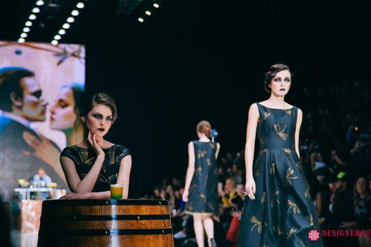 MBFWRussia: показ Ksenia Knyazeva http://designersfromrussia.ru/mbfwrussia-pokaz-ksenia-knyazeva/  Источником вдохновения при создании новой модной осенней коллекции дизайнера Ksenia Knyazeva, является образ под названием «femme fatale». Эпоха сухого обаяния Америки из прошлого также является символичным образом данной коллекции. Публика могла увидеть наряды, похожие на знаменитые картины известного Альфонсо Мухи. К примеру, пастельные мотивы растительности, сложные геометрический орнаменты…