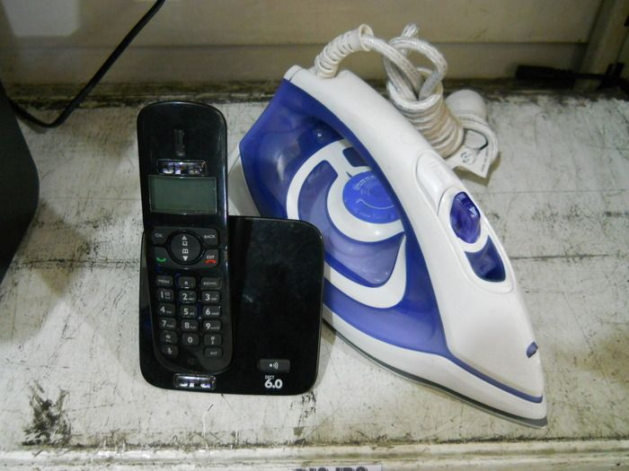 Teléfono inalámbrico + Plancha a vapor! Teléfono con 5 melodías de llamada estándar y 5 politonos, conferencia y buzón de voz. Plancha a vapor con apoyo vertical, luz piloto, sistema de autolimpieza y base de aluminio.