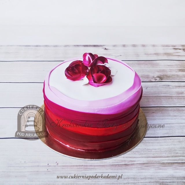 150BA Tort ombre w odcieniach różu i czerwieni zdobiony kwiatami z masy cukrowej. Ombre cake decorated with sugar flowers.