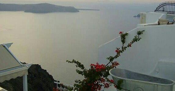 Um dos lugares mais lindos que já vi... Santorini - Grécia www.megaroteiros.com.br  _ __________________________________ Marque suas fotos com a hashtag  #megaroteiros e deixe a sua dica  de turismo no Mega Roteiros  ___________________________________  #douglasviajante #fantrip #profissaoaventura  #destinosimperdiveis #melhoresdestinos #vivinaviagem #omundoeminhasvoltas #dicasdeviagembr #viajaretudodebom #porondefor #vivadeperto #dicasdeviagem10 #submarinoviagens #viajenaviagem #santorini…