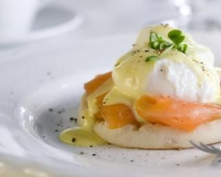 Oeufs bénédictes au saumon fumé, sauce hollandaise légère aneth-citron