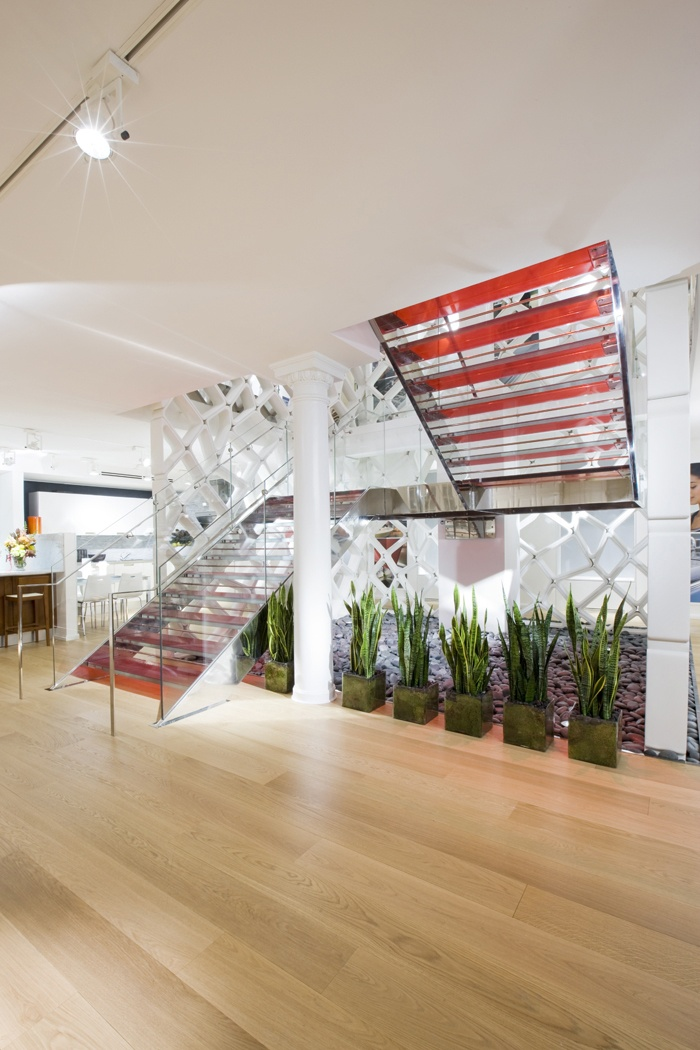 Each tread is made up of four 10 mm thick layers of toughened Madras glass joined to each other by a red film that creates a play of colour with an amazing visual effect. A stainless steel handrail adorns the toughened
