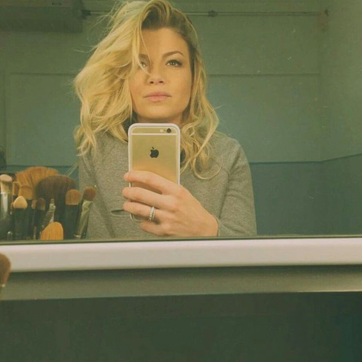 Emma Marrone really knows how to take a mirror selfie!