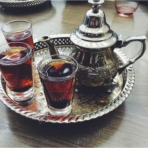 Chá no Egito - O Egito é um dos principais importadores de chá, que geralmente é bebido forte, sem açúcar. O chá de hibisco é uma especialidade nas recepções de casamento nesse país.