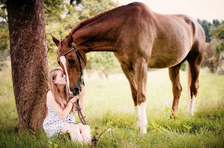 Freundschaft und Verbundenheit zwischen einer jungen Frau / Mädchen und ihrem Pferd, fotografisch festgehalten. Portraits Mädchen Pferd, einfach schön.