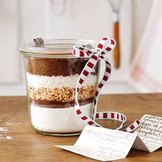 Looking for a gift to bring along? This is such a great token - a ready baking mixture. Find a recipe you like for cookies, a cake, muffins or anything else that is adequate. Stack the ingredients in layers in a glas so it looks nice, attach a bow - done!