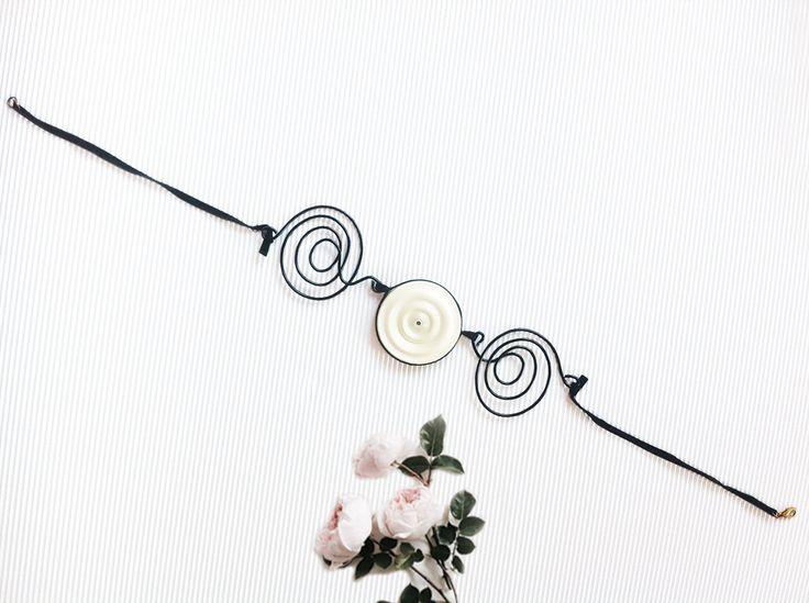 Collana bianca e nera, gioiello di design, gioiello artistico, collana in nastro bianco perla e filo di alluminio, collana moderna di AlfieriJewelDesign su Etsy