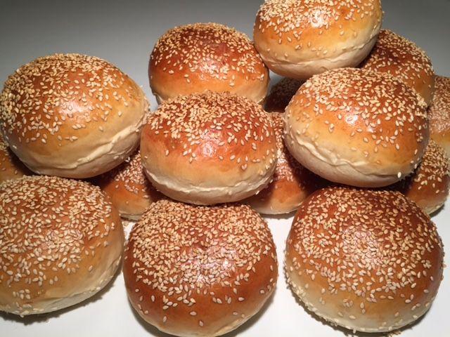 Lækre luftige burgerboller, fuldender din hjemmelavede burger. Brug lige det fyld du aller bedst kan li' - I dag bliver det tryllet om til ribbensburgere