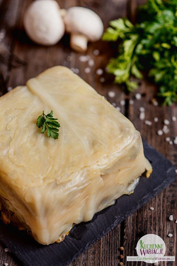 Jeżeli znudziły się Wam tradycyjne łazanki to zapraszamy na łazanki w formie zapiekanki - na pewno zachwycą Waszych gości :)    Składniki: - 1 biała kapusta (średnia główka) - 500 g pieczarek - 1 cebula - 2 łyżki masła - 250 g makaronu duże świdry