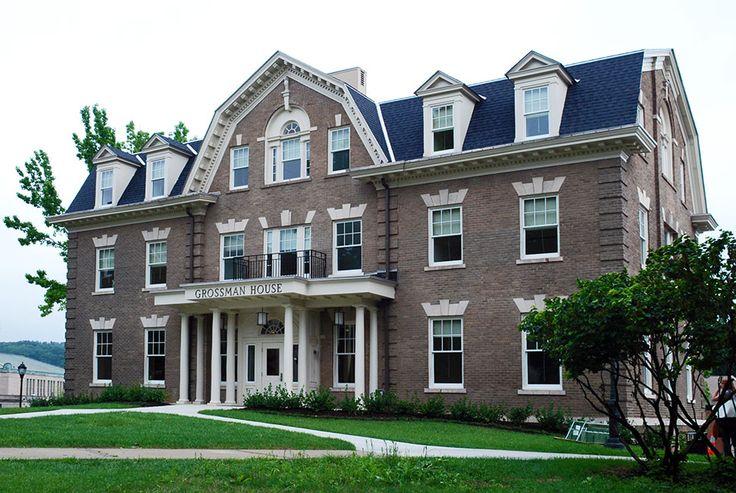Пример отделки кирпичного загородного дома коричневого цвета в английском стиле