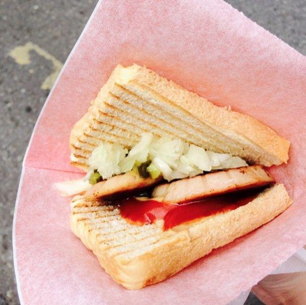 Финский порилайнен состоит из двух ломтиков хлеба, между которыми лежит хороший кусок вареной колбасы, приправленный рубленым луком, салатом из маринованных огурчиков, горчицы или кетчупа.