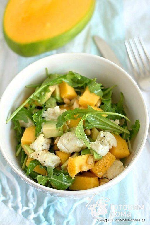 Рецепт Салат из авокадо, манго с моцареллой и рукколой