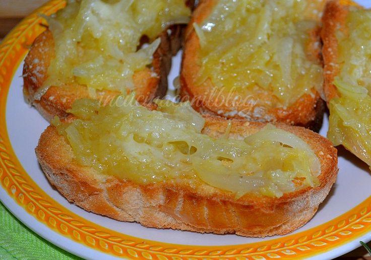 Appetitosi e molto facili da preparare i RUSTICI ALLE CIPOLLE, possono essere serviti sia caldi che freddi.