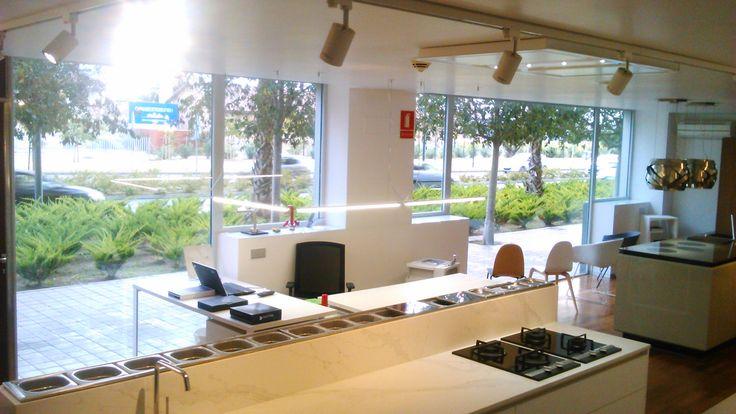 Nuestra nueva tienda de Matthias Interiorismo es todo un espectaculo, parece que estemos en mitad de la calle. Zona super agradable, fácil de aparcar, con mucha luz... ¿Te vienes? Te esperamos!! #cocinas #estilo #calidad #diseño #reformas  #muebles de cocina #cocinas modernas #cocinas en alicante #reforma de interiores #reforma