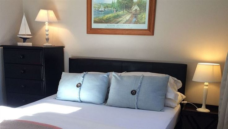 Constantia Guest Room/ Bed and Breakfast - Constantia Guest Room/B and B is located in a lovely suburb called Constantia in Cape Town. This small but cosy guest room can accommodate up to two guests and features fresh linen, bath towels, free Wi-Fi ... #weekendgetaways #constantia #capetowncentral #southafrica