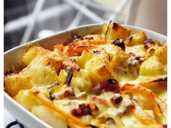 Cartofi cu ceapa, sunca si branza http://www.gustos.ro/retete-culinare/cartofi-cu-ceapa-verde-sunca-si-cheddar.html