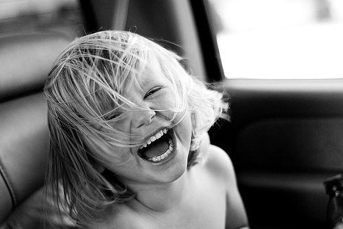 Quando você era pequeno, qualquer coisa te iludia, você era feliz, sempre tinha um sorriso no rosto. Antes você se iludia por completo e sonhava com os olhos abertos. Mas quando você cresceu, pouco a pouco esse sorriso foi embora. Por isso, mesmo que você cresça, você deve seguir mantendo esse sorriso no rosto. Que nada e nem ninguém possa te tirar esse sorriso, porque estamos nesse mundo com um único objetivo: sermos felizes.