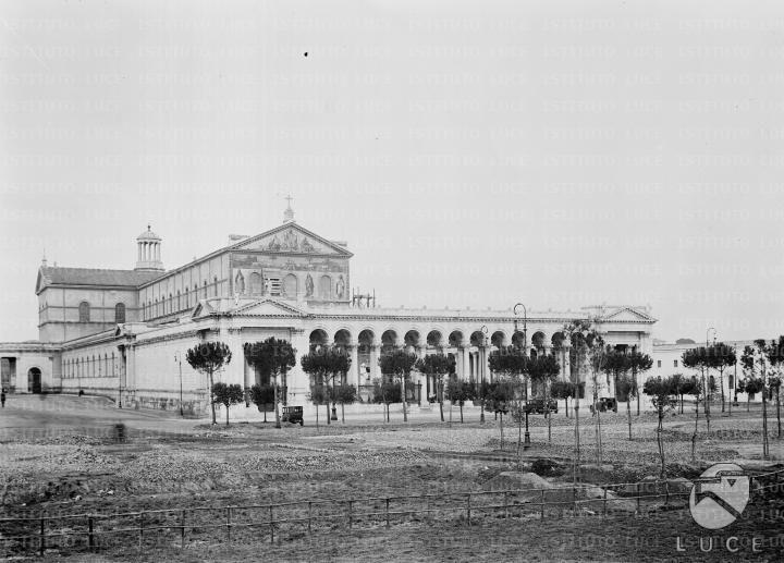 Basilica di San Paolo fuori le mura La basilica, con il quadriportico delle 'Cento Colonne', vista dal piazzale antistante in corso di sistemazione - Campo lungo [1929]