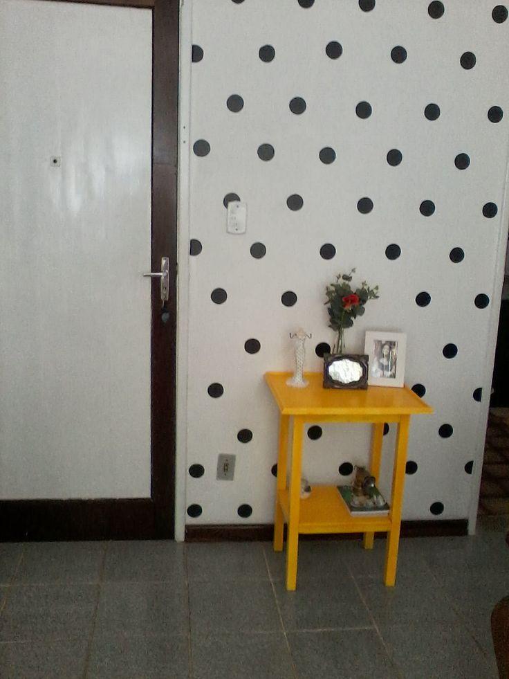 Espaço lá em casa. Usando papel contact para dar  charme a uma parede se vida.