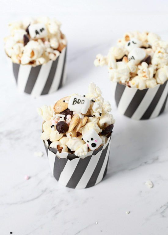 Halloween popcorn mix // trick and treat