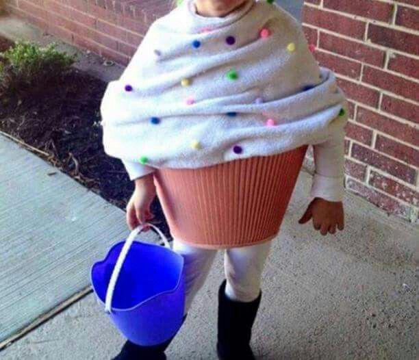 1 Lampshade + 1 blanket + pompoms = funny cupcake costume #kids #carnaval