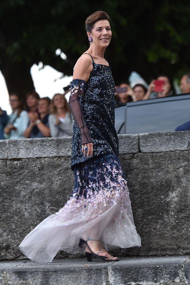Après un premier mariage civil à Monaco, l'héritière italienne épousait Pierre Casiraghi dans l'église du Château di Rocca d'Angera en Italie, en robe sur-mesure brodée de dentelle signée Armani Privé.