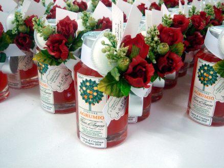 Bomboniere enogastronomiche liquori con bouquet rosa rossa e nastro bianco