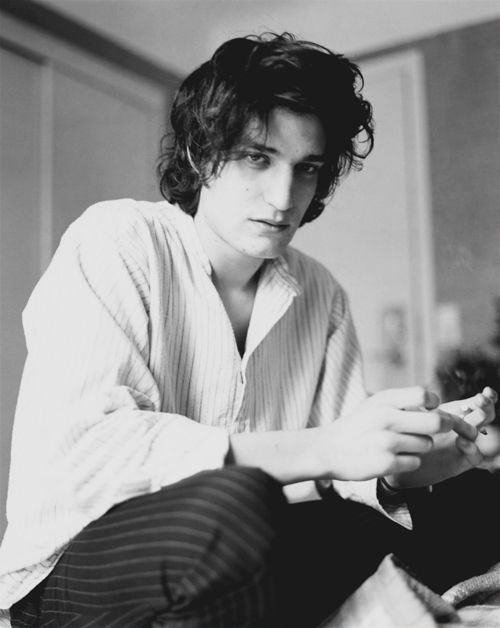 Louis Garrel. som en blandning av robert pattinson och noel fielding..