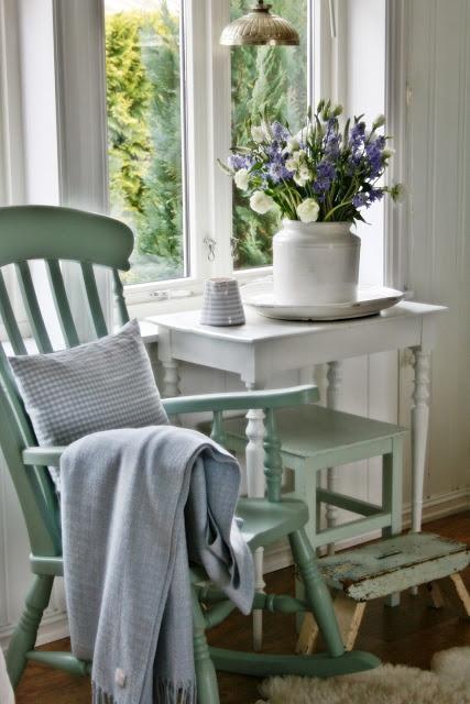 VIBEKE DESIGN: groene schommelstoel en bankje, waar heb ik dat nog gezien ;-)