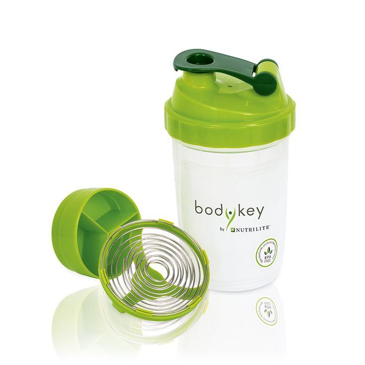 301617. bodykey™ Shaker.  Ein zweckmäßiger und praktischer Shaker, der aus vier Behältern besteht:  Der Hauptbehälter für kalte Flüssigkeiten, in dem Sie Getränke und Shakes zusammenstellen können. Dank der fortschrittlichen Spiraltechnik können Sie perfekt gemischte Shakes und Smoothies kreieren.  Der zweite Behälter wurde speziell für die Aufbewahrung von Vitamin- oder Mineralstoffergänzungsmitteln, entweder in Tabletten- oder Kapselform entworfen. (Ich habe noch einen da.)