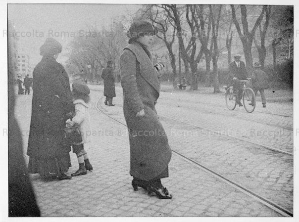 Testaccio. Passanti alla fermata del tram di via Marmorata Anno: 1918 'ca