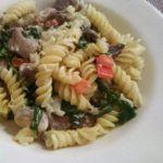 Recept: pasta met saus van gorgonzola, champignons, spinazie en kalkoenfilet.