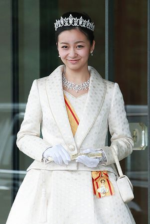 秋篠宮ご夫妻の次女佳子さまは29日、20歳の誕生日を迎え、皇居で行われた成年祝賀行事に出席された。天皇、皇后両陛下へのあいさつのため宮殿を訪れた佳子さまは、髪にティアラを飾り、金糸の花模様をあしらった白いローブデコルテ姿を披露した(代表撮影) ▼29Dec2014時事通信|佳子さま、成年祝賀行事に=ローブデコルテ姿を披露 http://www.jiji.com/jc/zc?k=201412/2014122900384 #Princess_Kako_of_Akishino ◆Princess Kako of Akishino - Wikipedia http://en.wikipedia.org/wiki/Princess_Kako_of_Akishino