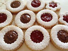 Gli occhi di bue alla nutella sono dei dolcetti semplici da realizzare, composti da due biscotti di pasta frolla sovrapposti e farciti con la Nutella.