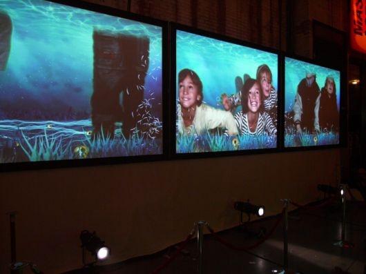 Duik, zwem, stap en vind je weg door de fantasierijke werelden van Theo Watson en Emily Gobeille. Voor Cinekid 2009 maakte het duo een interactieve installatie waarin kinderen met hun voeten veschillende verhaalwerelden verkennen.