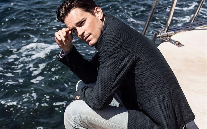Lataa kuva Matt Bomer, Amerikkalainen näyttelijä, muotokuva, musta miesten takki, valkoiset housut, mies jahti