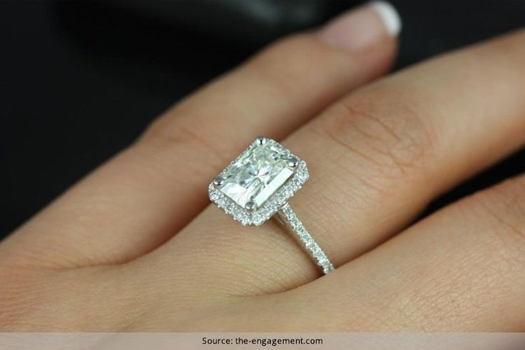 Radiantes anillos de compromiso de