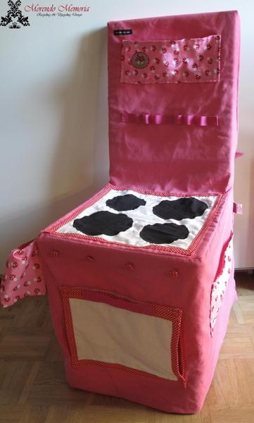 Diese Kinderküche entstand aus einer pinken Stoffhusse (75% Baumwolle, 25% Polyester. Waschbar bis 30Grad). Die Stuhlhusse passt sich durch den ein...